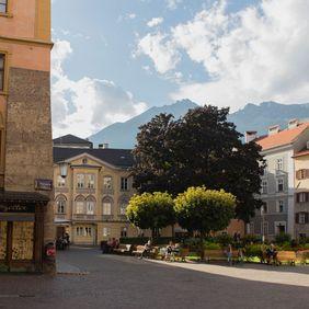 Domplatz inmitten der Innsbrucker Altstadt im Sommer
