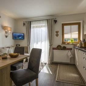 Küche und Essbereich im Appartement Almliesl