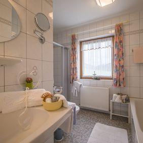 Badezimmer im Appartement Bergpanorama
