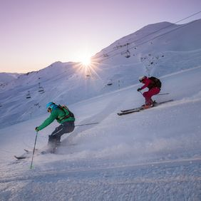 Skifahren bei Sonnenaufgang