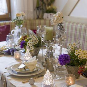 Frühstückstisch mit Dekoration